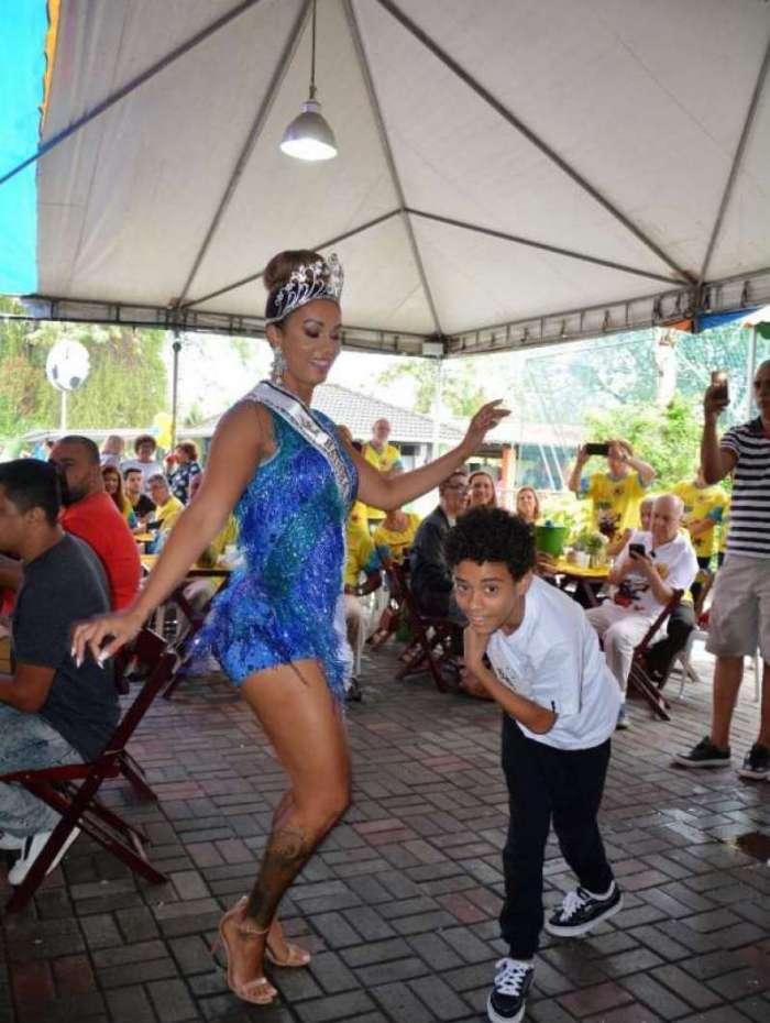 Mulher de Diogo Nogueira é Rainha de Bateria na Barra