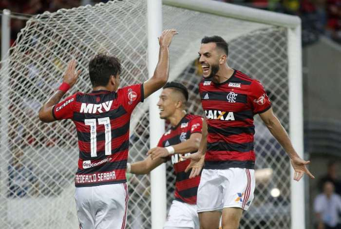 Rhodolfo comemora gol pelo Flamengo