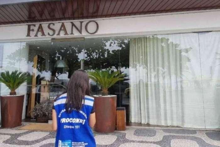 Fiscal do Procon-Rj chega ao Hotel Fasano para inspeção, durante Operação Feliz Ano Velho
