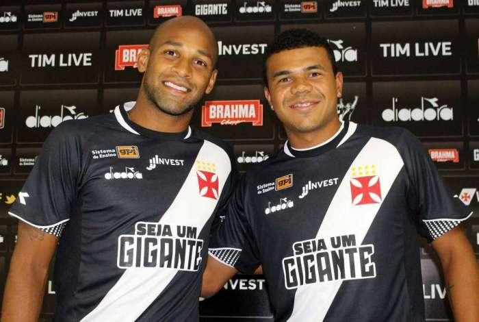 O volante Fellipe Bastos (E) e o meia Yan Sasse vestiram a camisa do Vasco em apresentação. O clube já tinha anunciado outros cinco reforços para a temporada