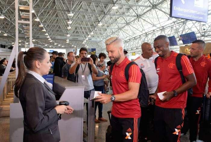 Ainda sem saber se irá renovar com o Flamengo, Diego embarca para os Estados Unidos. O Rubo-Negro levou ao todo 29 atletas