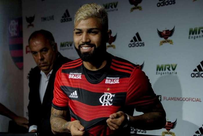 Gabigol exibe o escudo do Mengão durante a apresentação. O atacante assinou contrato de um ano