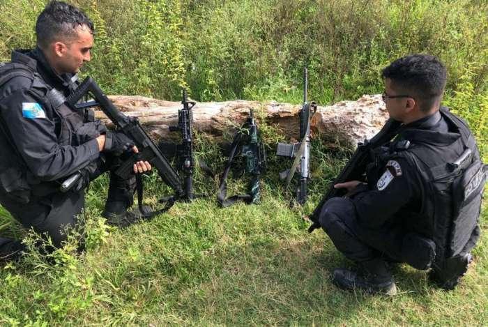Os fuzis apreendidos com os criminosos mortos na Beira-Rio