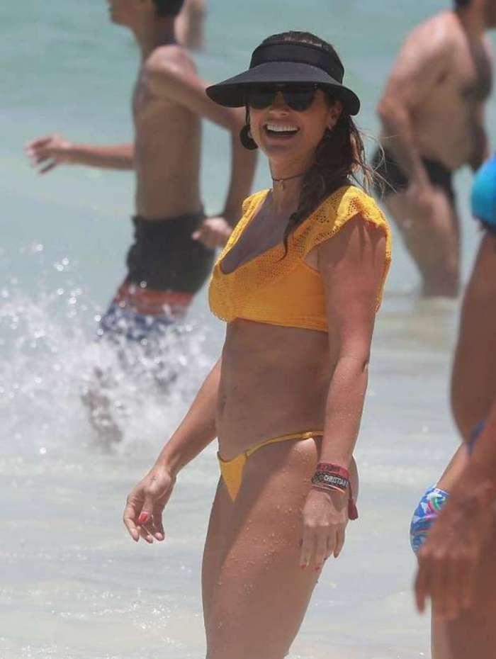 Flavia Alessandra na praia da Barra