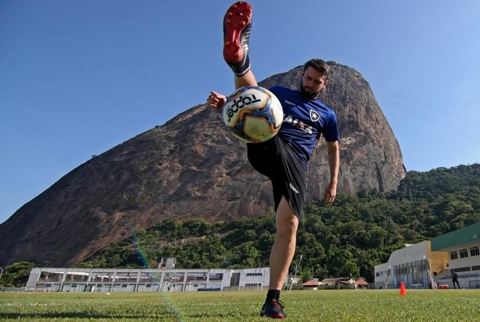 João Paulo treina forte para estrear no Campeonato Carioca. O volante participou de jogo-treino no domingo