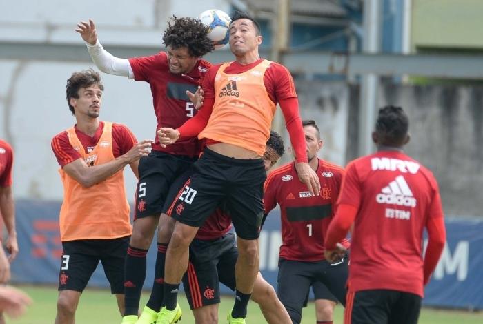 Rodrigo Caio (3) observa a disputa entre Willian Arão (5) e Uribe (20)