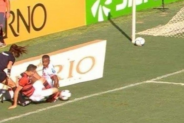 A assistente de arbitragem Rejane Caetano levou um esbarrão e não conseguiu ver a bola sair