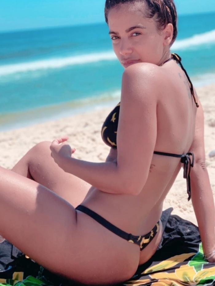 Anitta na praia