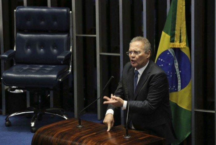 Senador Renan Calheiros anunciou desistência e deixou o plenário