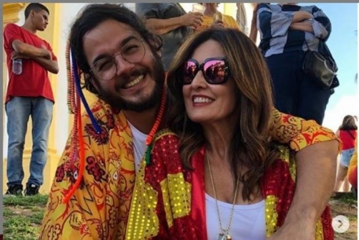 Fátima Bernardes e o namorado curtem bloco de carnaval