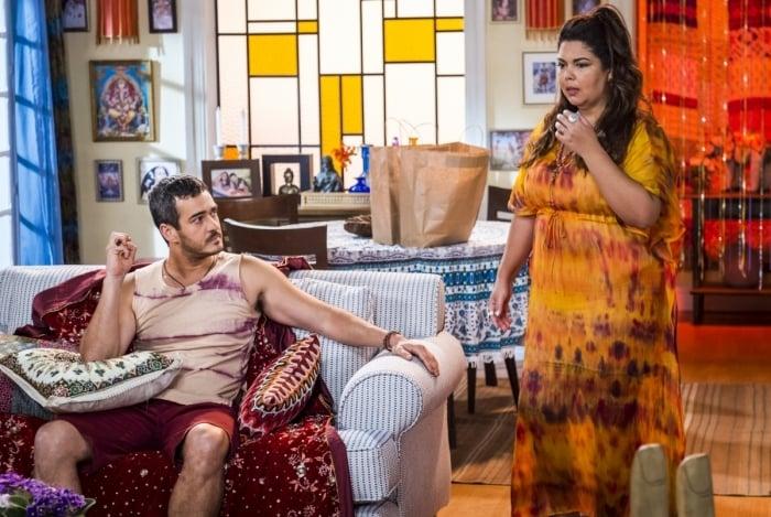 Madá (Fabiana Karla) tem visões e comenta com Álamo (Marcos Veras)