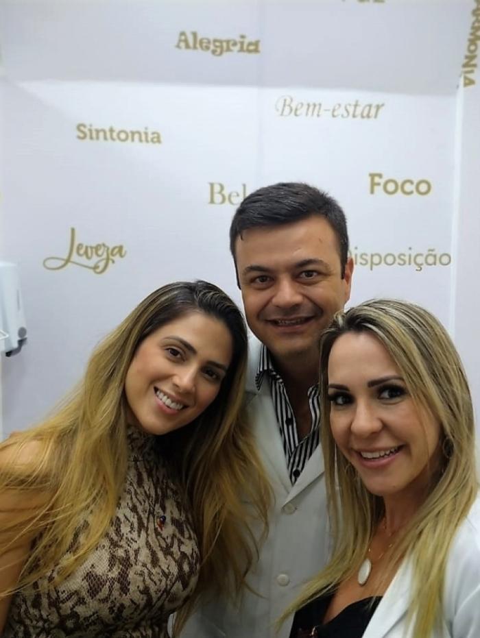 Nadja Pessoa ao lado do Dr João Marcello Branco e da Dra Renata Pigliasco Branco