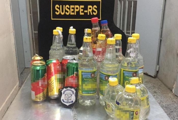 Agentes apreendem cachaça, cerveja e carregadores arremessados para dentro de presídio de Passo Fundo