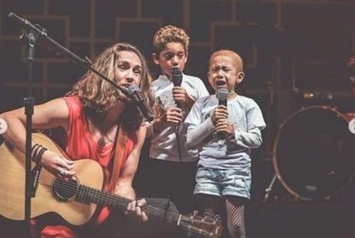 Vitor Kley emociona ao chamar criança com câncer para cantar 'O Sol'