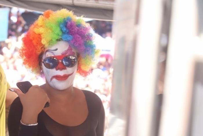 Ludmilla curte bloco da Preta disfarçada no Rio de Janeiro