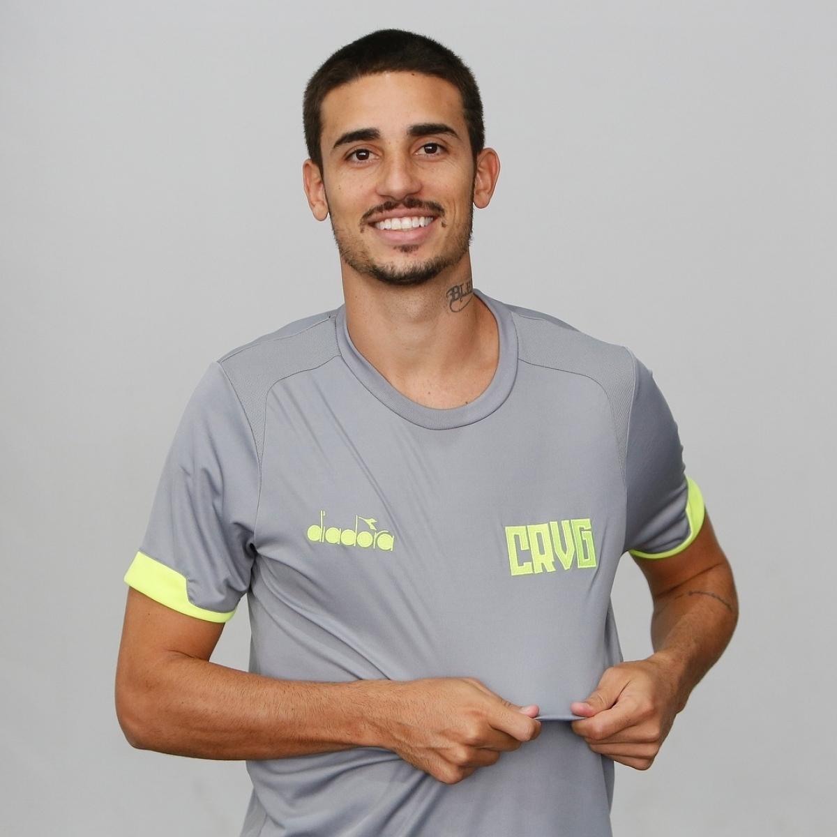 71d3208faf O meia Thiago Galhardo posou com um dos novos uniformes de treino Rafael  Ribeiro / Vasco da Gama