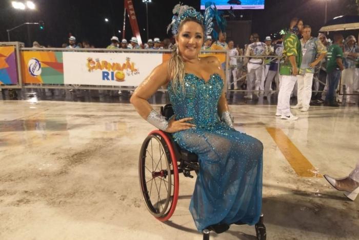 Elisângela Rocha saiu a frente da bateria / Acadêmicos da Rocinha