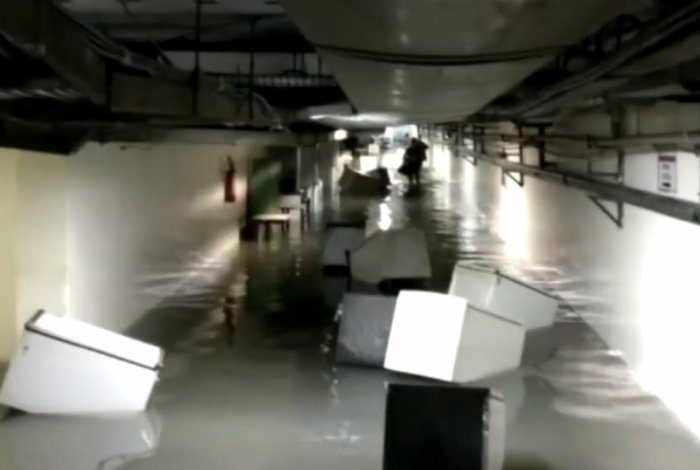 Salas ficaram alagadas, com armários boiando