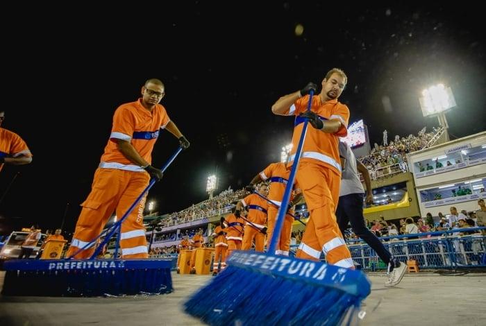 Atuação da Comlurb no Sambódromo durante a noite de segunda-feira e madrugada desta terça-feira