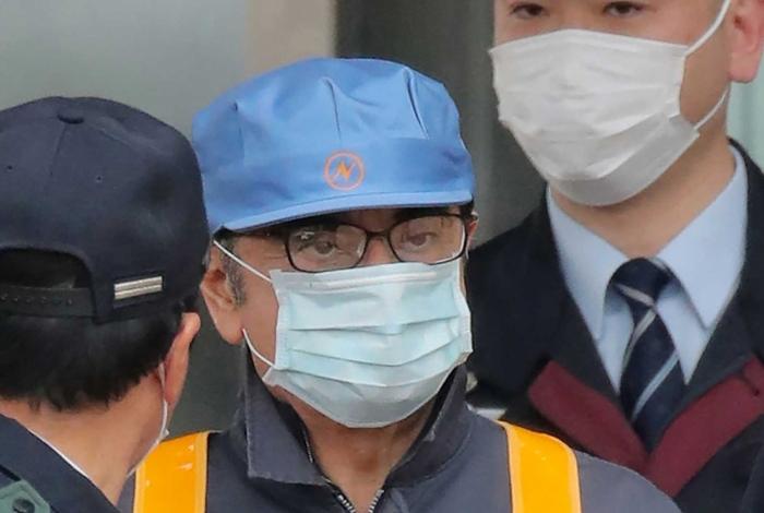O ex-presidente da Nissan, Carlos Ghosn deixa a Casa de Detenção de Tóquio usando uma máscara