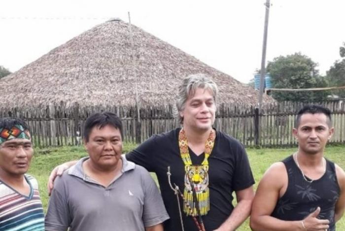 O ator global participou de rituais na Aldeia Morada Nova, do povo Shanenawa, no Acre. Ele saiu do isolamento ontem, onde ficava em uma casinha de madeira
