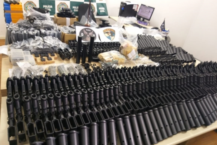 Armas, peças de fuzil e munições estavam em várias caixas escondidas em guarda-roupas