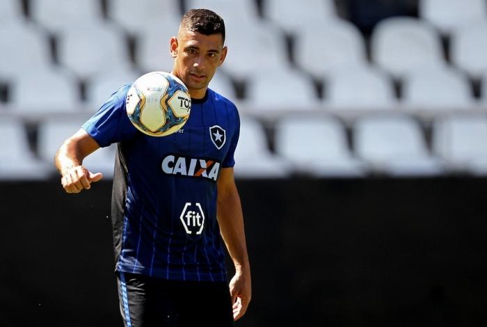 Diego Souza participou ontem de um jogo-treino contra o time sub-20