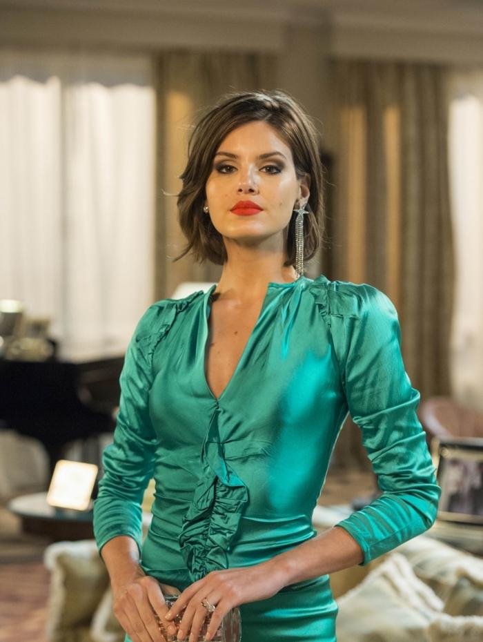 """Vanessa (Camila Queiroz) retorna como a Duquesa de Kiev, em """"Verão 90"""""""