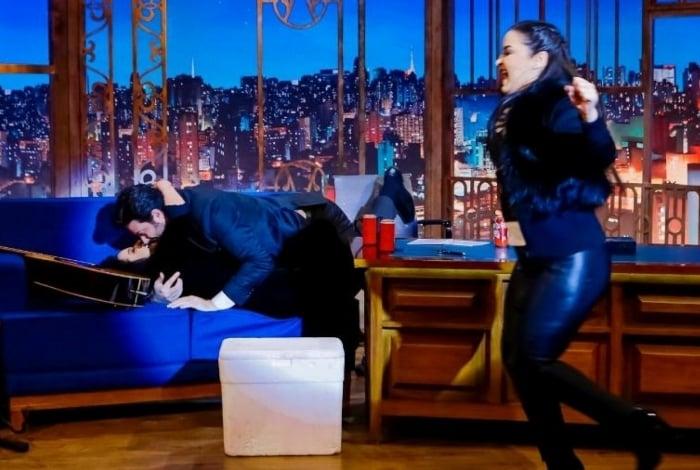 Danilo Gentili beija Maraisa e Maiara, irmã da cantora, comemora