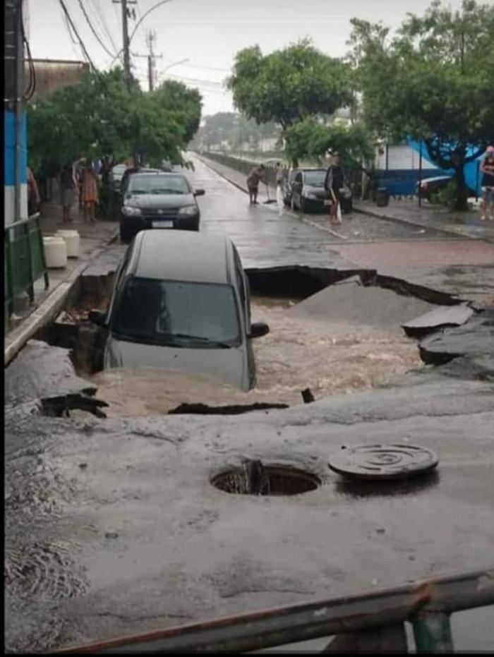 Cratera se abriu após as fortes chuvas