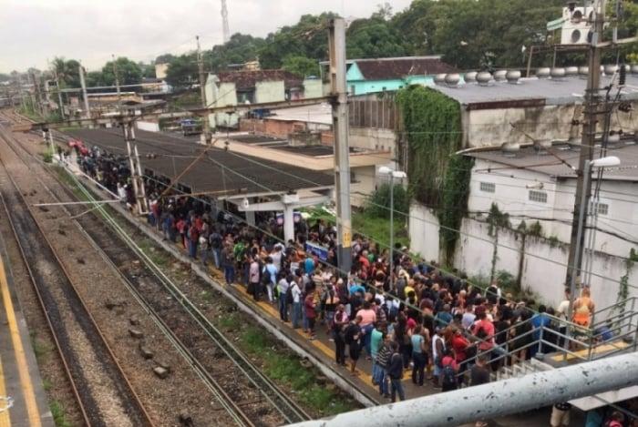 Passageira registrou estação de Gramacho lotada após problema no ramal