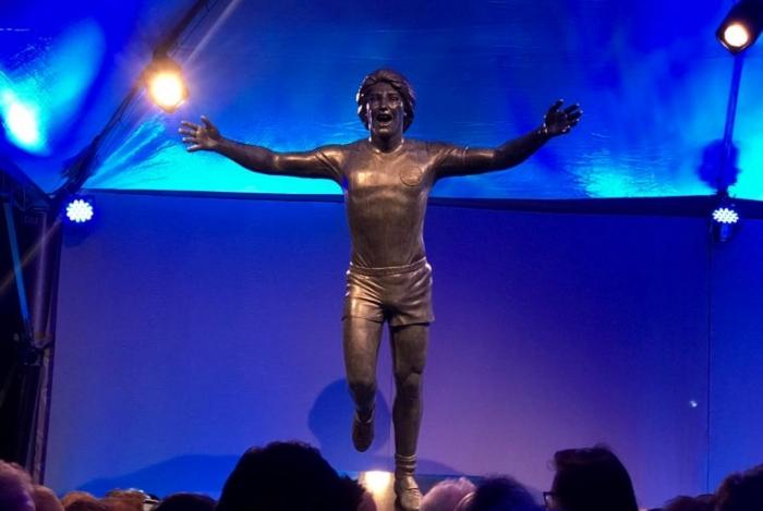 A estátua de Renato Gaúcho tem quatro metros de altura, contando o pedestal, e retrata gol no  título mundial de clubes do Grêmio, em 1983