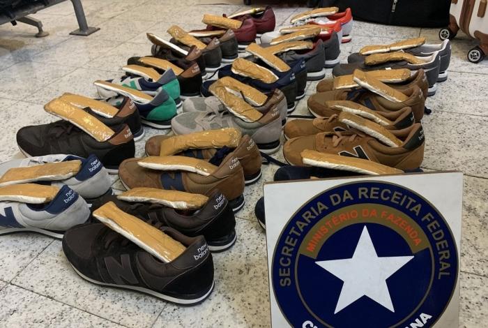 Polícia Federal apreendeu 3,4kg de cocaína escondidos em pares de tênis