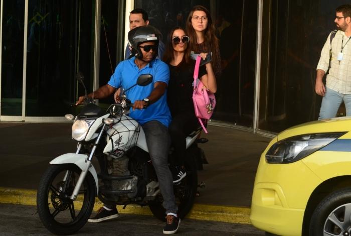 Anitta opta por moto para fugir do trânsito