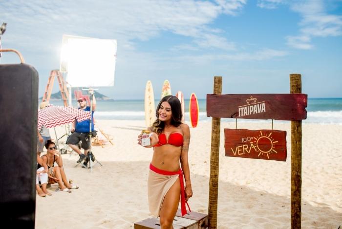 Aline Riscado grava comercial da Itaipava