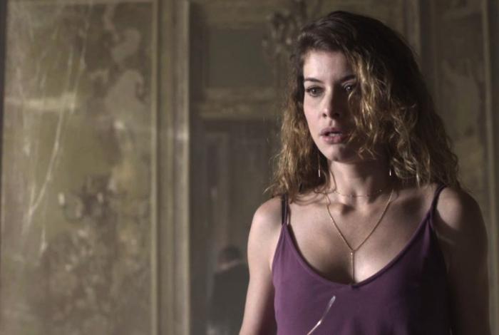 Isabel (Alinne Moraes) tem um surto e quebra tudo, em