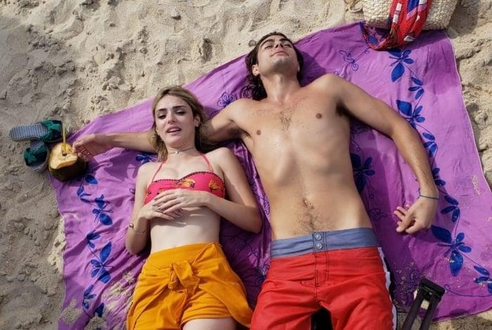 Manu (Isabelle Drummond) e João (Rafael Vitti) dão um mergulho no mar depois da festa à fantasia na boate da família Ferreira Lima, em