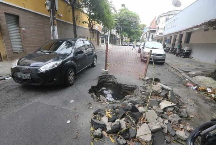 Buraco na Rua dos Artistas, entre as rua Pereira Nunes e Ribeiro Guimarães foi aberto há mais de um mês. Limita a passagem dos carros e, com água, há focos de mosquitos.