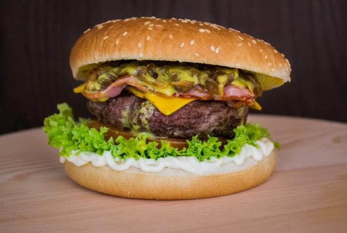Quem topa trocar o tradicional hambúrguer por uma versão 100% vegetal?