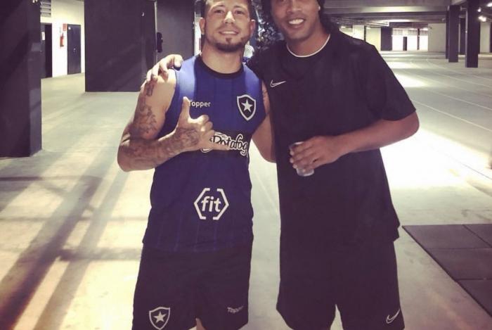 Léo Valência tieta Ronaldinho Gaúcho