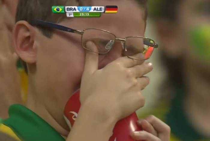 Tomaz, de 9 anos, chora na goleada da Alemanha sobre o Brasil