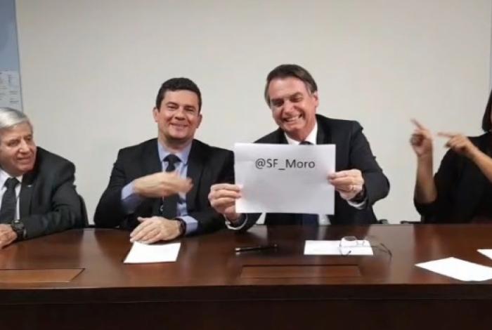 Bolsonaro durante live no Facebook