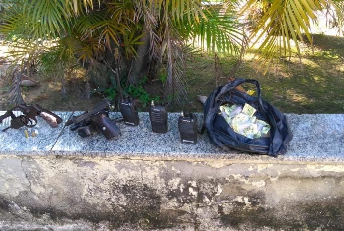 Criminoso estava com armas e drogas na mochila