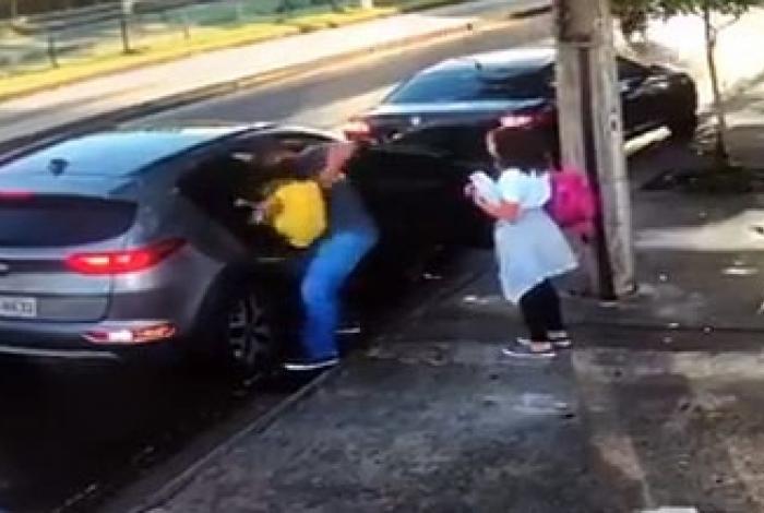 Homem se desespera para tirar filha do carro