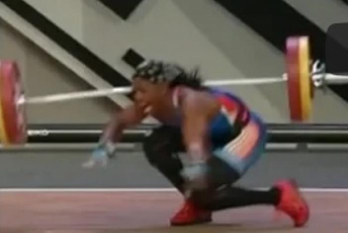 A atleta cai após seu braço quebrar em dois lugares