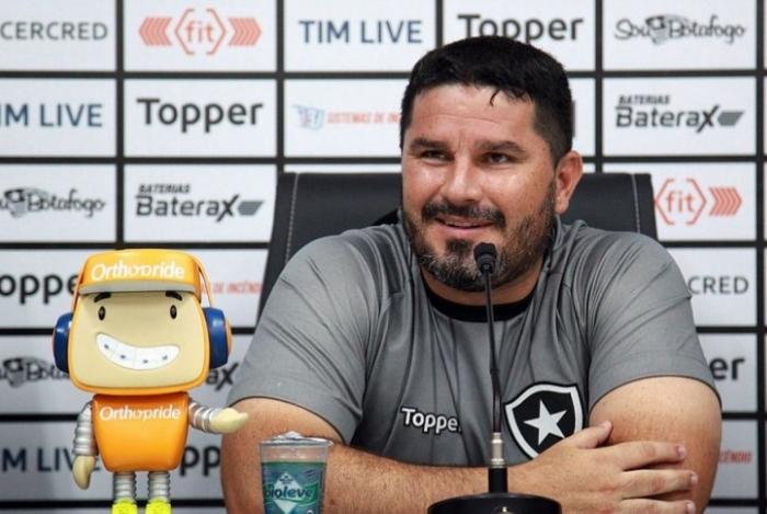 O técnico Eduardo Barroca foi apresentado pelo Botafogo