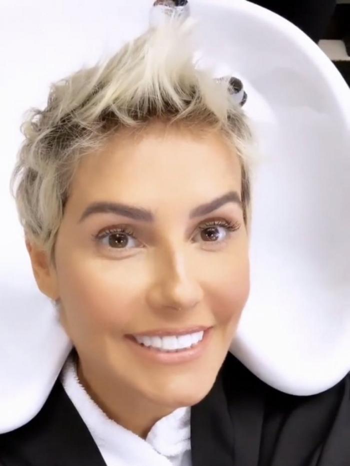 Deborah Secco faz clareamento no dente