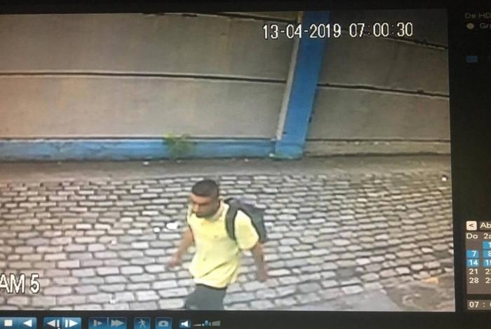 Um homem entra na delegacia e rouba celulares