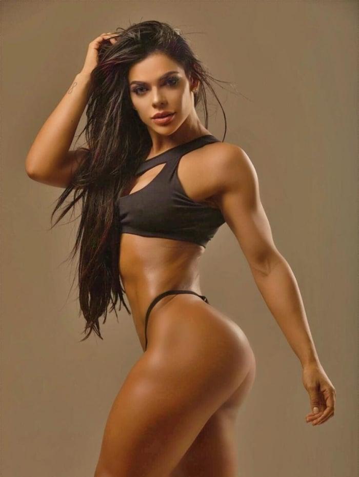 Suzy Cortez exibe 7% de gordura corporal