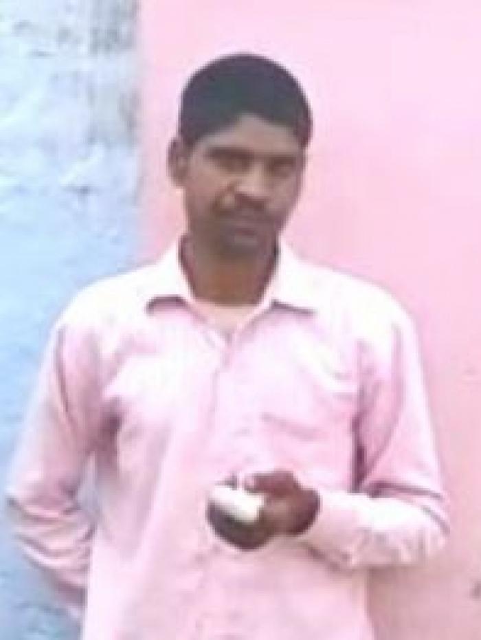 Pawan Kumar mostra o curativo no dedo amputado